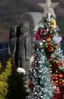 2015年に七十七銀行女川支店で犠牲になった行員家族が資金を出して作ったモニュメント。冬を迎え、クリスマスツリーが横に並んでいた=宮城県女川町で2018年12月8日、佐々木順一撮影
