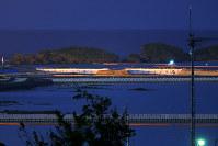 米軍キャンプ・シュワブ沿岸の埋め立て海域に投入された土砂(中央)=沖縄県名護市で2018年12月15日午後6時19分、和田大典撮影