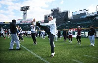 毎日甲子園ボウルの公開練習をする早大の選手たち=阪神甲子園球場で2018年12月15日、小出洋平撮影