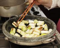 長ネギを4~5センチの長さに切り、鍋に牛脂を溶かして焼き目をつける=尾籠章裕撮影