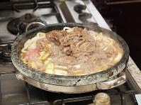 残った牛肉を戻し、好みの加減になったらできあがり=尾籠章裕撮影
