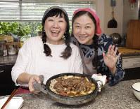 すき焼きですけど、ネギと肉とうどんしか入れません。枝元なほみさん(左)と西原理恵子さん=尾籠章裕撮影