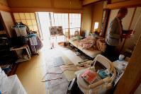事件現場となった母よしさんの部屋。木内武史被告の弟(右)が奥によしさんと兄利一さんの遺影を置いた=茨城県石岡市で2018年11月4日、加藤栄撮影(画像の一部を加工しています)