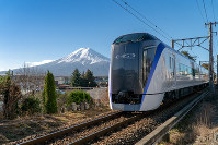 An E-353 series train is seen in this photo provided by Fuji Kyuko Co. The model will run between Shinjuku Station in Tokyo and Kawaguchiko Station in Yamanashi prefecture as a