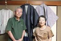 メルカリで不要品を処分している工藤信一さん、良子さん夫妻。着物の撮影に苦心する=千葉県茂原市で2018年7月29日、岡礼子撮影