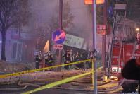 爆発した店舗付近=札幌市豊平区で2018年12月16日午後9時3分、澤俊太郎撮影