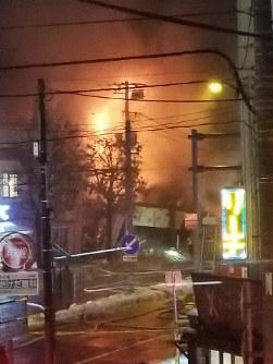 爆発して炎上する建物=札幌市豊平区で2018年12月16日、鈴木勝一撮影