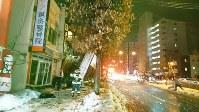 爆発で崩落した建物。歩道をふさぎ、がれきが車道にも散乱していた=札幌市豊平区で2018年12月16日、鈴木勝一撮影