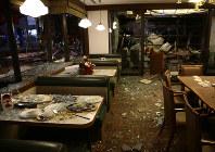 割れたガラスが散乱するファミリーレストランの店内=札幌市豊平区で2018年12月16日午後9時13分、貝塚太一撮影