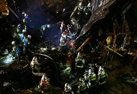 作業を続ける消防隊員や警察官ら=札幌市豊平区で2018年12月16日午後10時38分、貝塚太一撮影