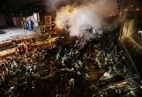 消火活動を続ける消防隊員ら=札幌市豊平区で2018年12月16日午後10時37分、貝塚太一撮影