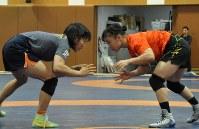 全日本選手権女子50キロ級にエントリーした須崎(左)と登坂=東京都北区のナショナルトレーニングセンターで2018年11月19日午後5時11分、倉沢仁志撮影
