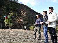 練習場でドローンを飛ばすレース参加者=徳島県那賀町小仁宇のNAKA DRONE FIELDで、岩本桜撮影