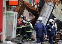 Police investigators and firefighters investigate the site where an explosion occurred the previous night in Sapporo's Toyohira Ward on Dec. 17, 2018. (Mainichi/Taichi Kaizuka)
