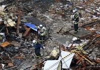 Firefighters investigate the site where an explosion occurred the previous night in Sapporo's Toyohira Ward on Dec. 17, 2018. (Mainichi/Taichi Kaizuka)