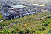 立木が伐採された住宅地の斜面。太陽光発電施設が計画されたとみられる=和歌山県橋本市で、松野和生撮影
