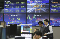 Currency traders watch monitors at the foreign exchange dealing room of the KEB Hana Bank headquarters in Seoul, South Korea, on Dec. 17, 2018. (AP Photo/Ahn Young-joon)