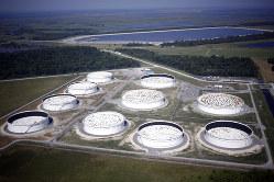 原油相場には供給過剰懸念がくすぶる(米ルイジアナ州の油田)