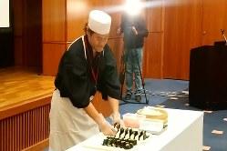 北海道産の米と、ロシアで購入された食材を用いたおにぎりも提供された
