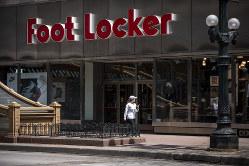 フット・ロッカーのシカゴ店。ナイキ製品が店頭に並ぶ Bloomberg
