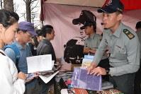 台湾軍は各地のイベントなどで、女性も含めて新兵の募集に力を入れている=台湾北部・桃園市で2017年9月、福岡静哉撮影