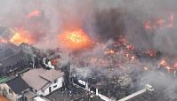 火災が発生し次々と延焼していく市街地=新潟県糸魚川市で2016年12月22日午後、本社ヘリから宮間俊樹撮影