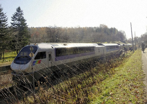 This October 2017 file photo shows the North Rainbow Express, to be used as a Christmas train for foreign tourists on Dec. 24, 2018. (Mainichi/Ryuko Tadokoro)