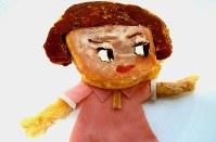 NHKクイズ番組のキャラクター「チコちゃん」。ホットケーキの頭と顔は黒蜜で色づけし、服はハムで作った=アトリエふみふみさん提供