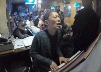 ジャズ喫茶「ブルーノート」での最後のセッションをするジャズピアニストの石井彰さん(中央)とマスターの菅原乙充さん(左)=大阪府豊中市で2018年12月12日、山崎一輝撮影