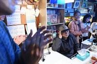 ジャズ喫茶「ブルーノート」での最後のセッションが終わり、拍手を送られるマスターの菅原乙充さん(右から3人目)=大阪府豊中市で2018年12月12日、山崎一輝撮影