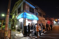 ジャズ喫茶「ブルーノート」での最後のセッションに集まった常連客ら=大阪府豊中市で2018年12月12日、山崎一輝撮影