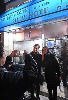 ジャズ喫茶「ブルーノート」の最後のセッションで記念撮影をするジャズピアニストの石井彰さん(中央)たち=大阪府豊中市で2018年12月12日、山崎一輝撮影