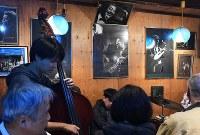 マスターの菅原乙充さんが描いたジャズ奏者ーの絵や写真が飾られたジャズ喫茶「ブルーノート」の店内=大阪府豊中市で2018年12月12日、山崎一輝撮影
