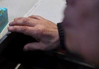 涙で濡れながら、リズムを取るジャズ喫茶「ブルーノート」のマスター・菅原乙充さんの手=大阪府豊中市で2018年12月12日、山崎一輝撮影