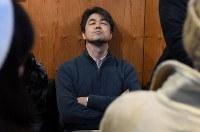 ジャズ喫茶「ブルーノート」の最後のセッションに聴き入る男性=大阪府豊中市で2018年12月12日、山崎一輝撮影