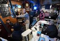 多くの常連客が集まったジャズ喫茶「ブルーノート」での最後のセッション。右端はマスターの菅原乙充さん=大阪府豊中市で2018年12月12日、山崎一輝撮影