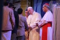 来年にも被爆地に訪問する意向を表明したフランシスコ・ローマ法王(中央)=ダッカで2017年12月1日、金子淳撮影