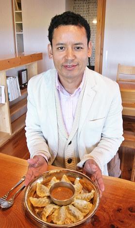 開発したネパールぎょうざモモを紹介するダルマ・ラマさん=富山県射水市円池で、青山郁子撮影
