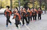 都大路に向けて練習に励む高松工芸の選手たち=高松市番町1の中央公園で、潟見雄大撮影