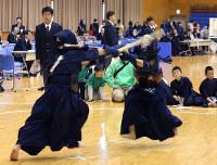 激しい打ち合いをする小学5・6年生男子Aの決勝=和歌山市手平の和歌山ビッグウエーブで、山本芳博撮影