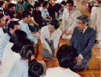 Emperor Akihito, right, and Empress Michiko talk to evacuees after a major earthquake hit the island of Okushiri off the southwestern coast of Hokkaido in northern Japan on July 27, 1993. (Mainichi)