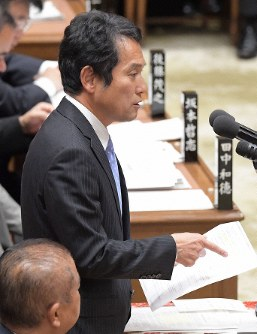 Hiroshi Oguchi, secretary-general of the Group of Independents parliamentary alliance, asks questions during a House of Representatives Budget Committee session in this file photo taken on Nov. 2, 2018. (Mainichi/Masahiro Kawata)