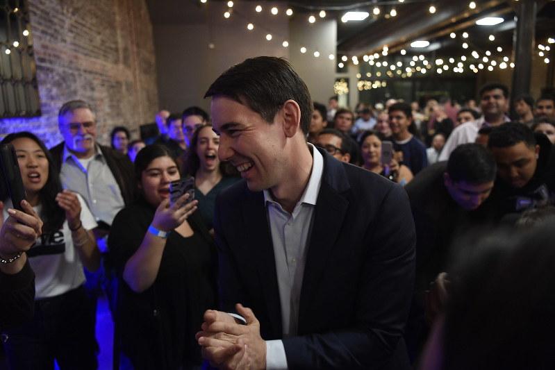 下院民主党は若手議員が続々と誕生した(加州選出のジョッシュ・ハーダー議員) Bloomberg