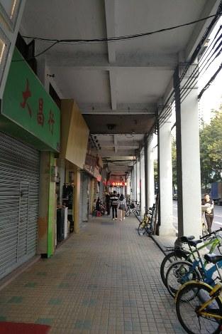 広東省広州市中心部ではシャッター通りと化している地区も出ている 筆者撮影