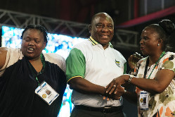 南アフリカのラマポーザ大統領(中央)は大衆迎合主義に傾斜する可能性もある Bloomberg