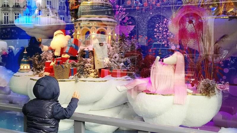 クリスマスのショーウインドウを見る男の子=パリ市内で筆者撮影