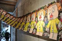 谷内英理菜さんが巻物に延々と描いたトランプ米大統領=富山市新庄町2の新川神社で、青山郁子撮影