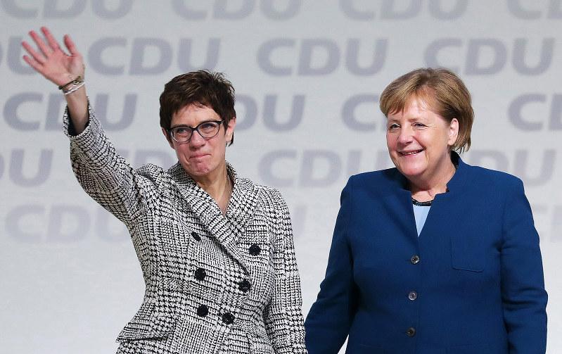 「親EU」のメルケル路線を守り切ることができるか(新党首に選出されたクランプカレンバウアー氏)(Bloomberg)