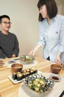 ベースパスタを使った創作料理を楽しむ梅原夫妻