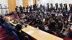 ノーベル医学生理学賞受賞が決まり、記者会見する本庶佑・京都大高等研究院特別教授(左から2人目)。オプジーボへの関心も広がった=京都市左京区で2018年10月1日